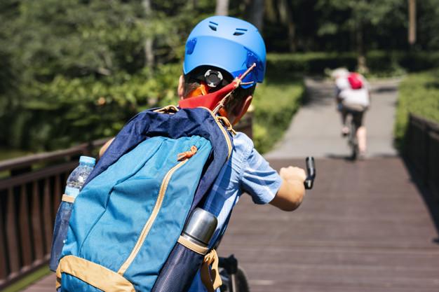 dreng med rygsæk